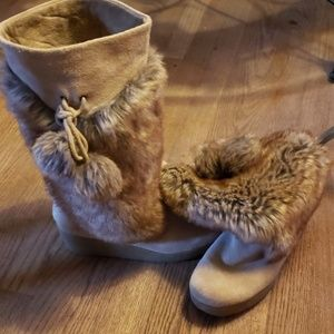 Report suede/fur wedge boots. ⭐ Size 11